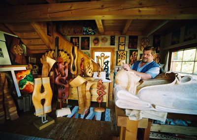 Bildhauer Hans Leitner bei der Arbeit